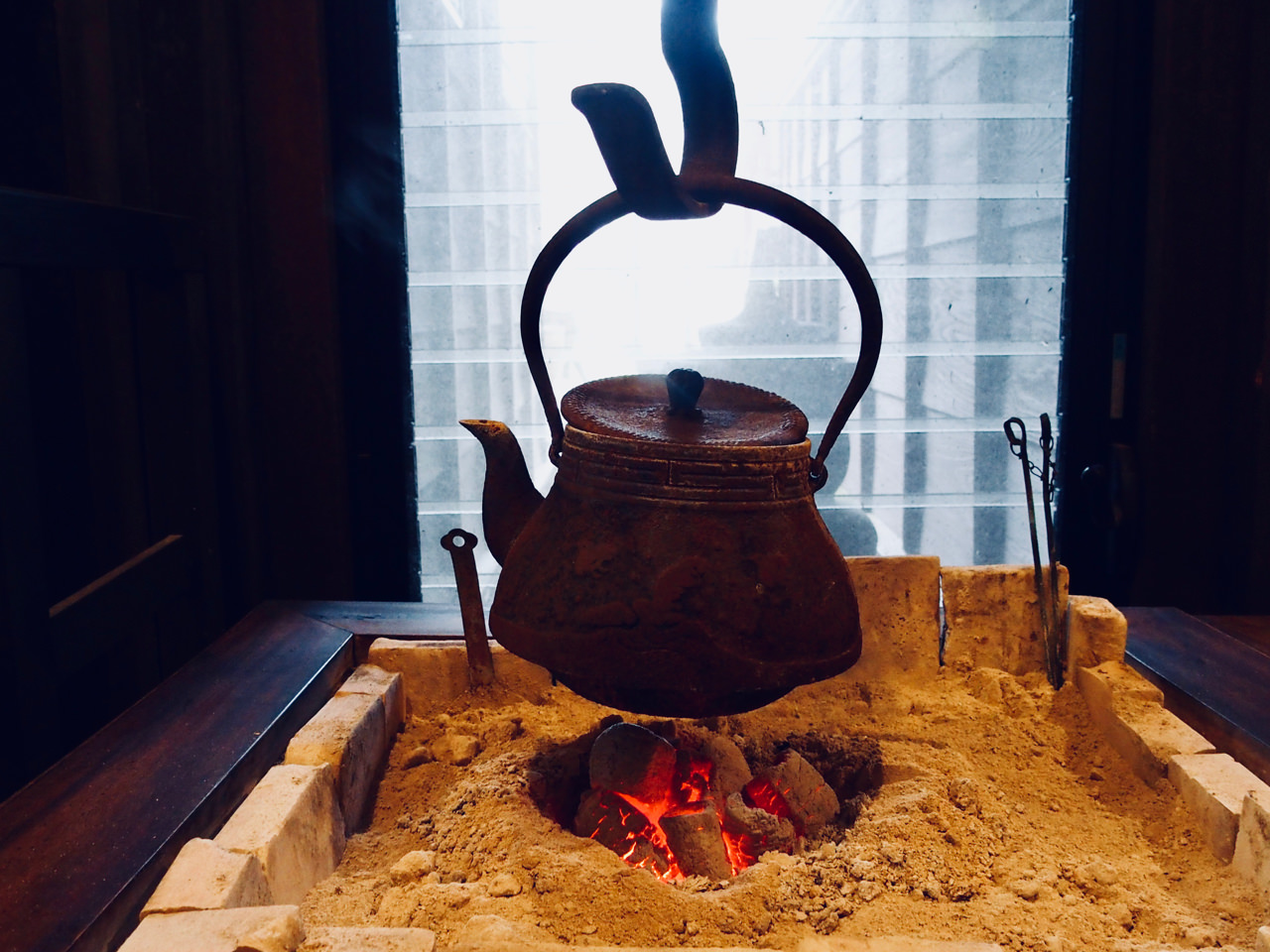 火鉢に吊るされた鉄器