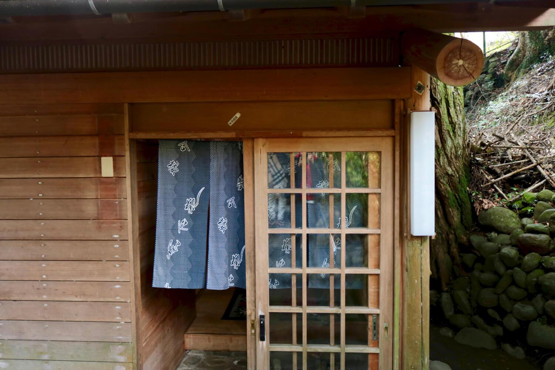 貸切露天風呂の入口兼脱衣場