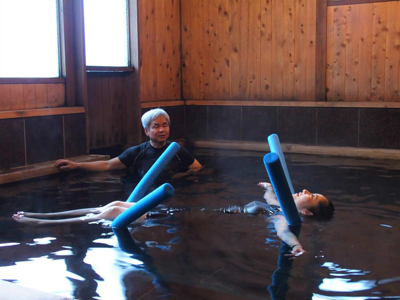 Funabarakan onsen master performing WATSU