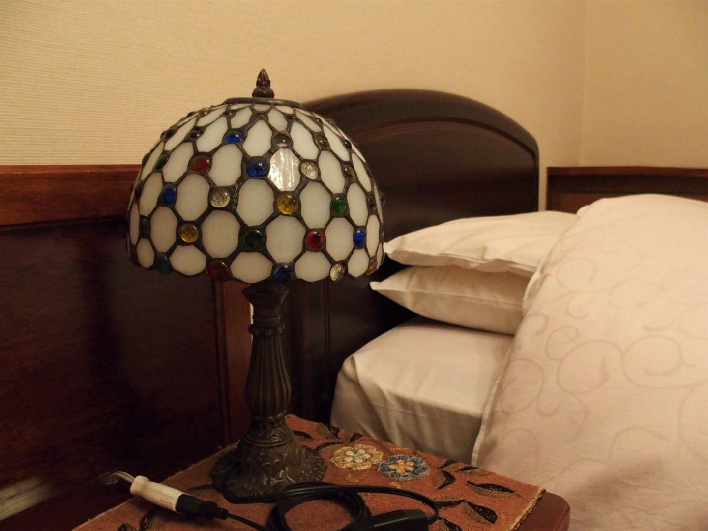 A lamp placed right beside beds at Ochiairo Murakami