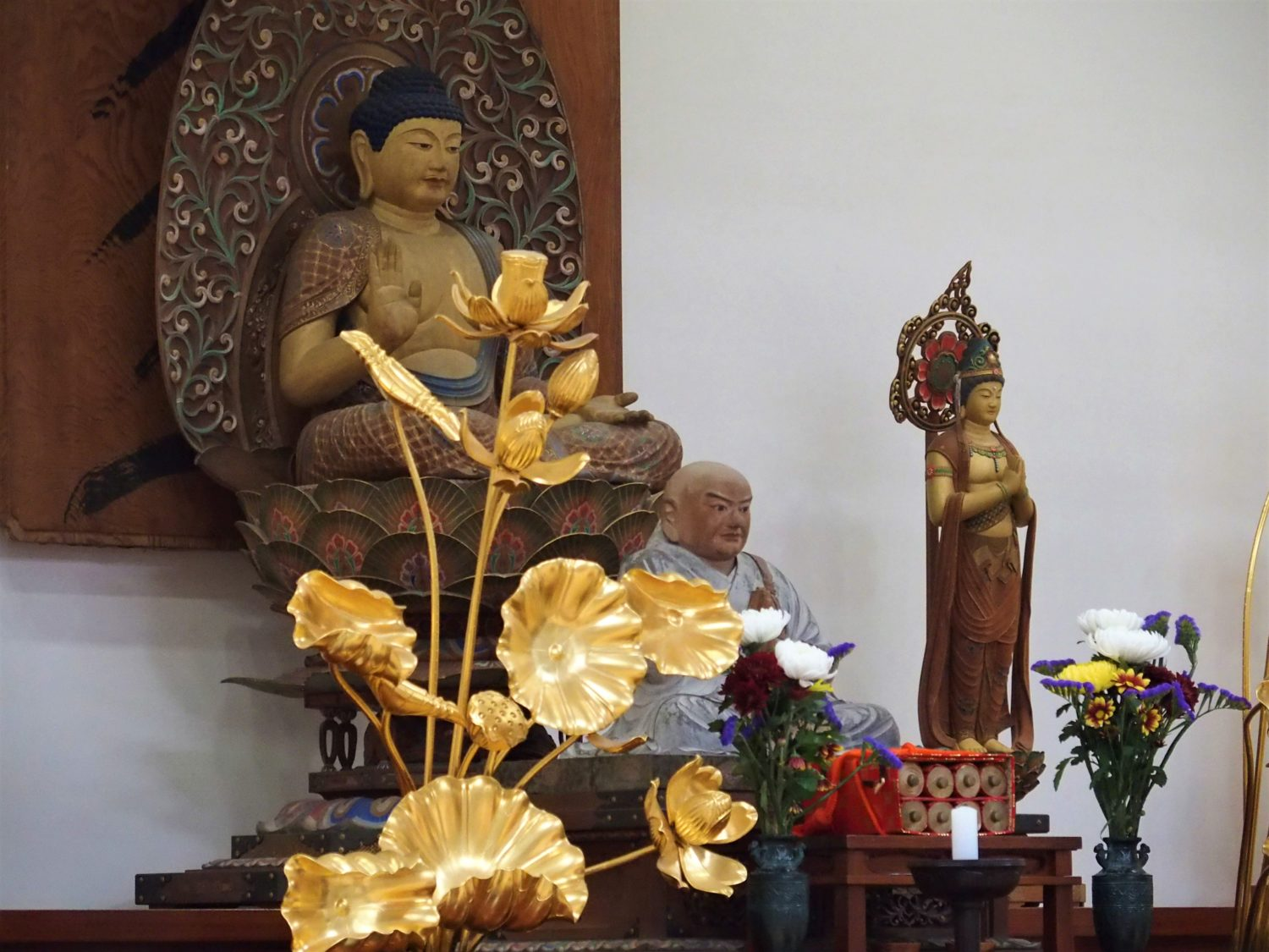 Sculptures of Nichiren Shonin (front) and Buddha
