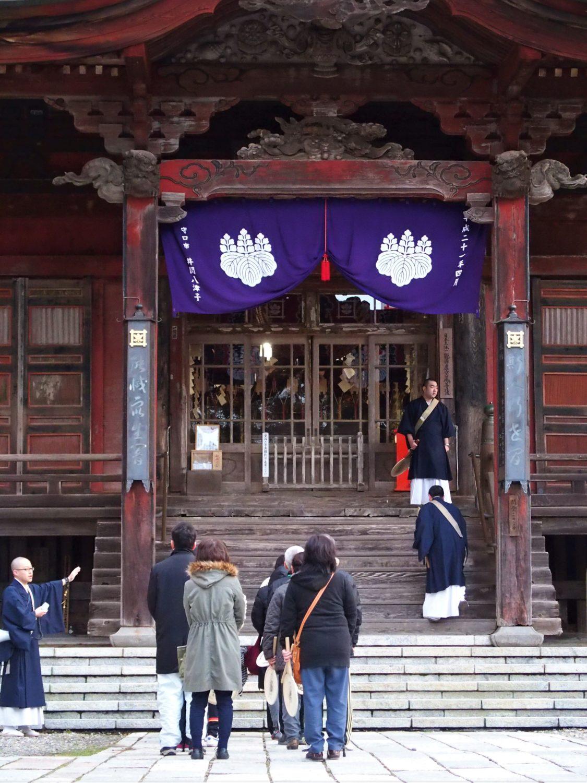 本堂(摩尼殿)の入り口