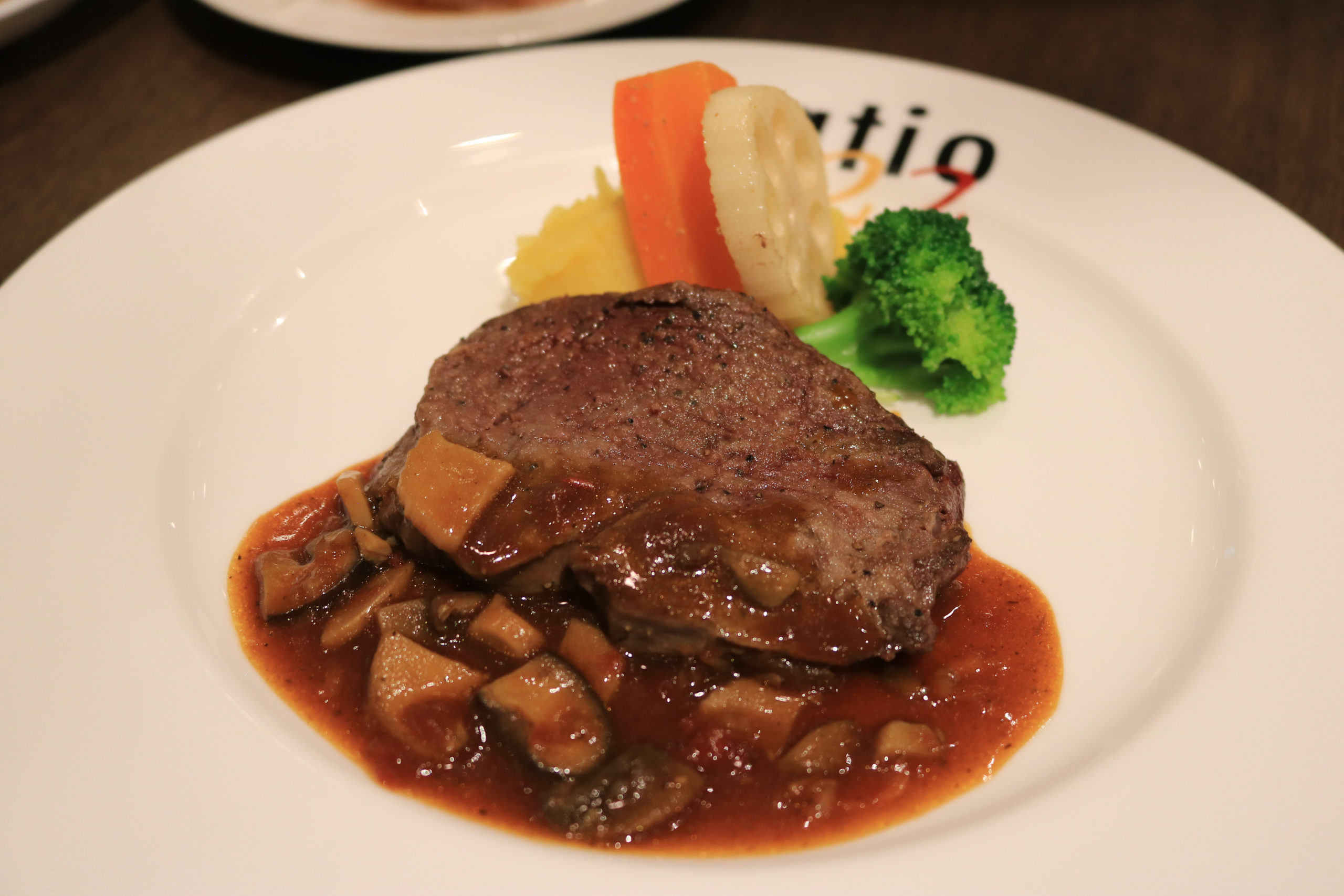 牛フィレ肉のソテー いわき産茸のシャスール風