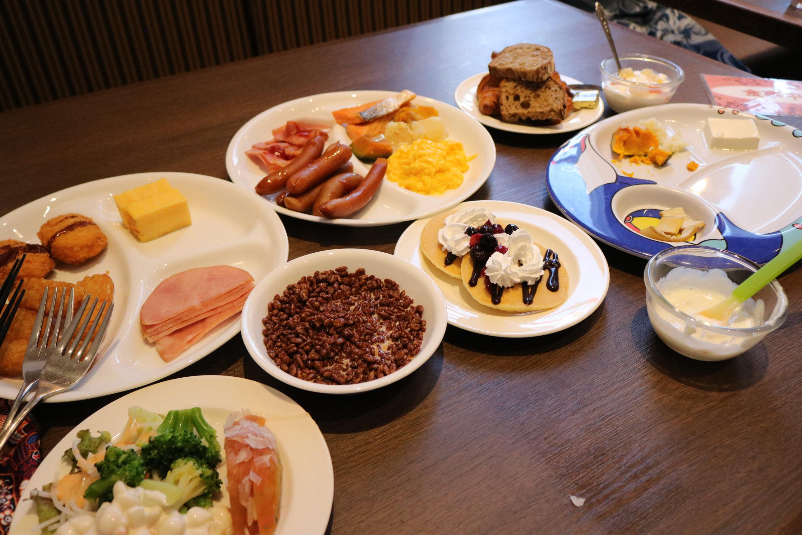 テーブルに並べてみた朝食の数々