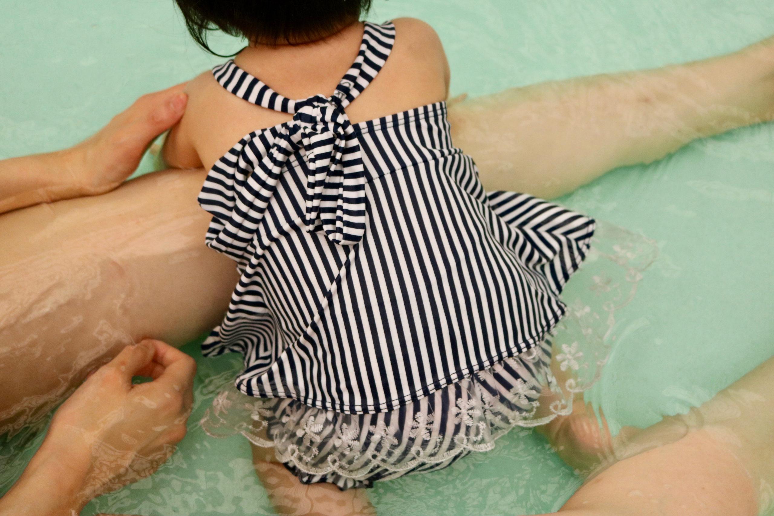 はじめてのプールで戯れるムスメ