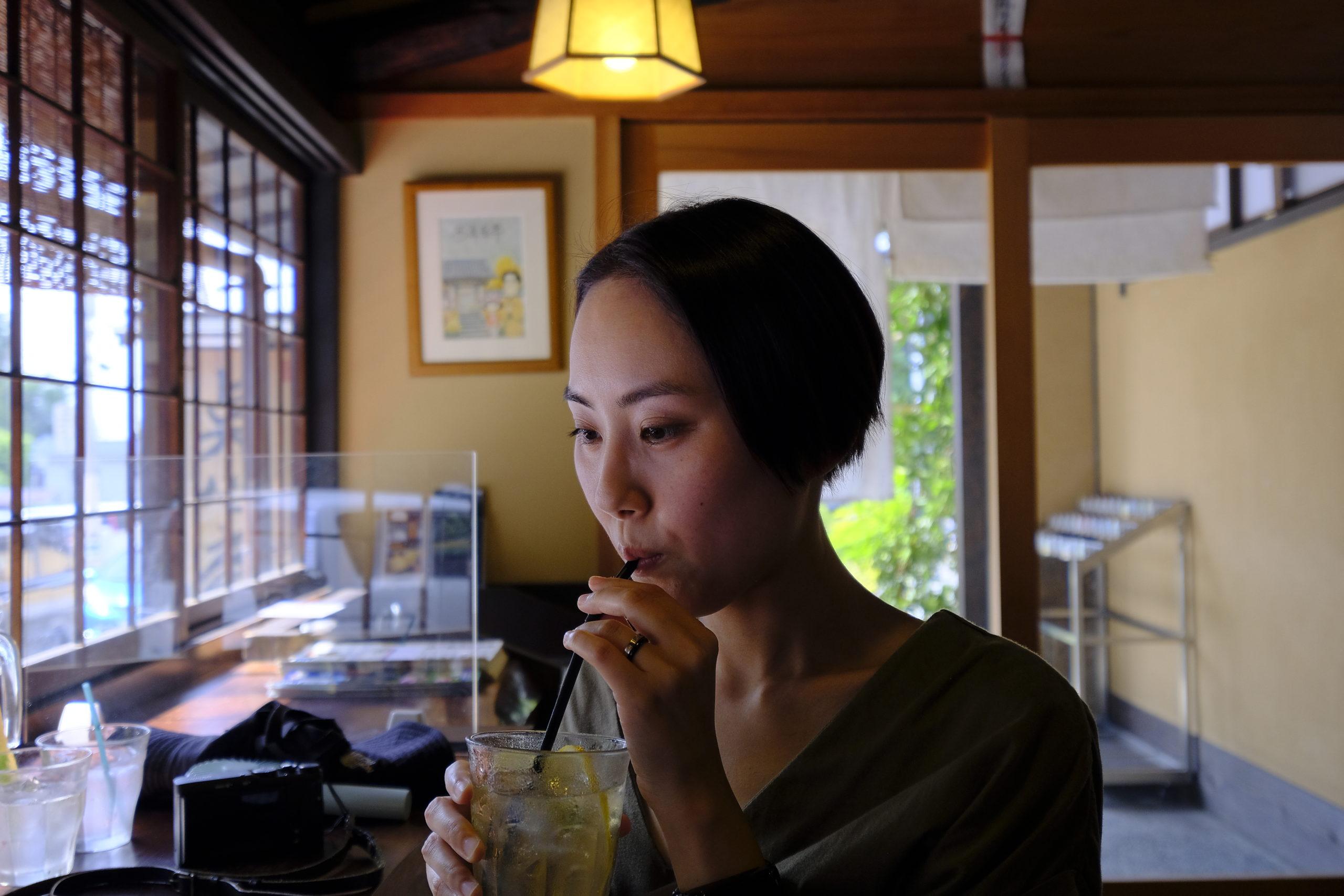 自家製レモンスカッシュを飲むAya Satoh Hoshina