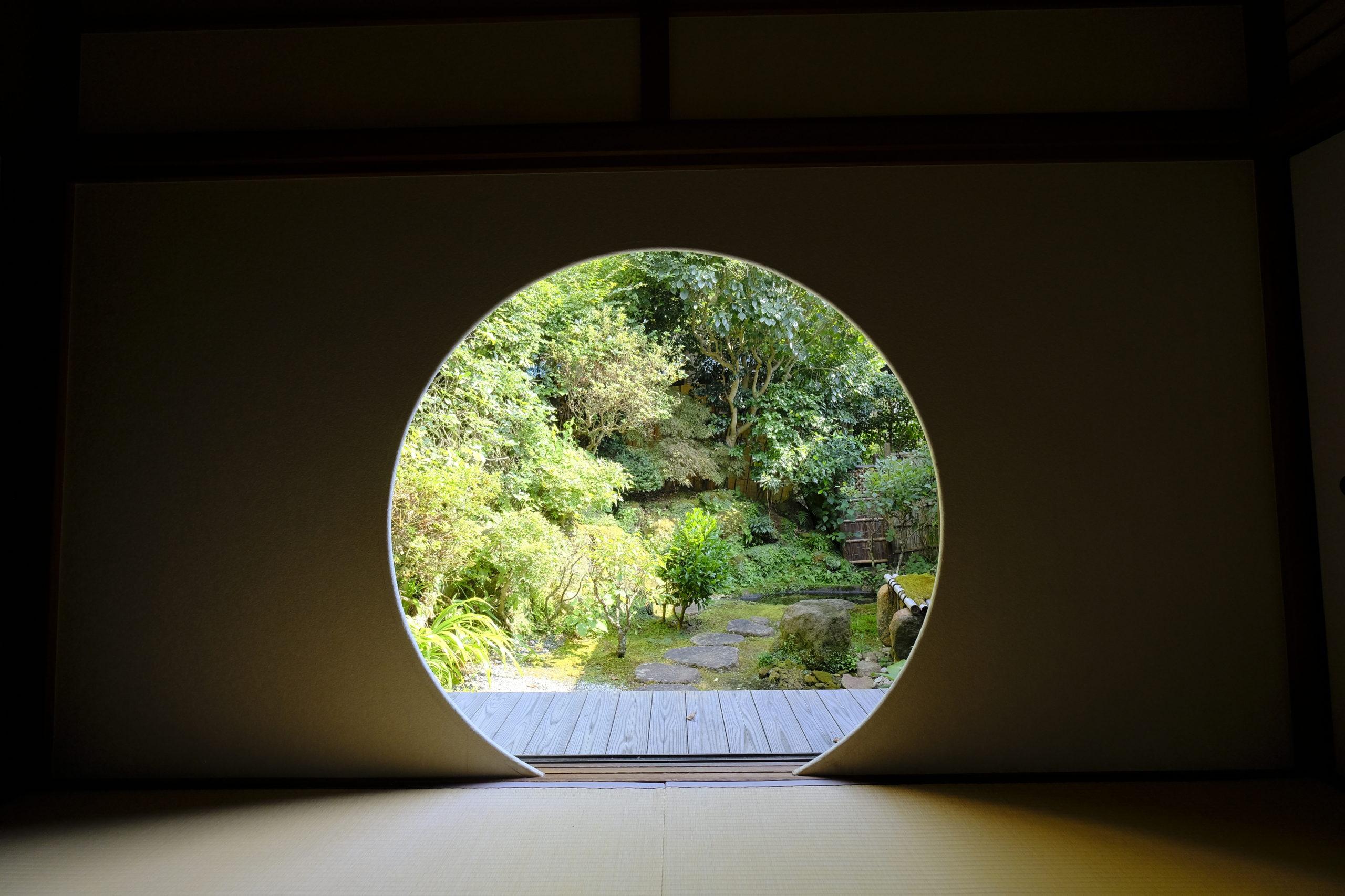 点心庵奥座敷の円窓