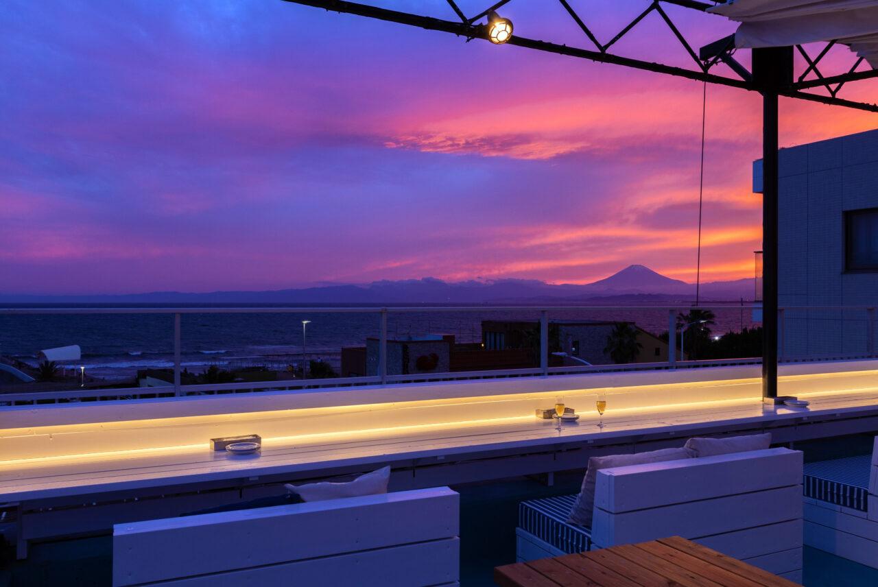 「GARB江ノ島」屋上に、全長10mのロングカウンターのある「Ocean-Viewing Rooftop」がオープン